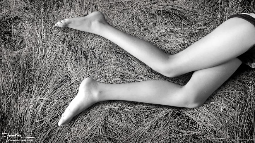 Migdiada adolescent sobre un llit de fenàs